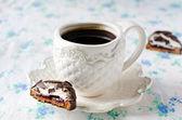 Eine Tasse Kaffee mit Praline — Stockfoto