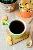 コーヒーのカップとクラッカー — ストック写真