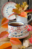 A cup of tea on the table with autumn leaves — Stockfoto