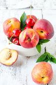 Fresh peaches in a bowl — Stock Photo