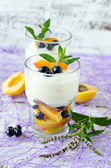 Cream dessert with fruit and berries — 图库照片