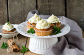 Cupcakes with cream cheese — Stock Photo