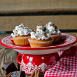 Cupcakes with whipped cream and chocolate — Stockfoto