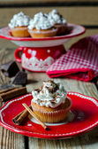 Cupcakes with whipped cream and chocolate — Stock Photo