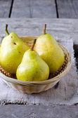 Peras frescas em uma cesta — Fotografia Stock