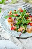фунчозе салат, лососем и рукколой — Стоковое фото