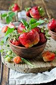 Färska jordgubbar i en skål — Stockfoto