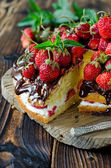 Sponge cake with cream, strawberries and chocolate — 图库照片