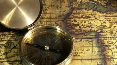 Bússola de ouro e mapas antigos, zoom — Vídeo stock