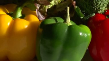 Zelenina, otočit, closeup, tvrdé světlo — Stock video