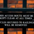 Close-up image of warning sign for cyclist in a college in Cambridge, engalnd UK — Foto de Stock