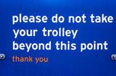 Supermaket señal para los clientes por favor no tome más allá de la carretilla — Foto de Stock