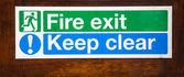 Znak ognia wyjście zachować jasne — Zdjęcie stockowe