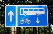Meld u op een Britse weg voor bus en cyclus lane op een metalen frame — Stockfoto