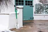 łopata z przodu ścieżkę pokryte śniegiem i bramy — Zdjęcie stockowe