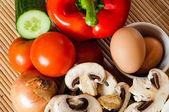 Ahşap zemin üzerinde sebze ve çiğ yumurta — Foto de Stock