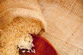 Jüt zemin üzerine dökülen pirinç — Stok fotoğraf