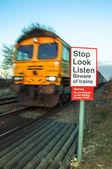 バック グラウンドで電車を移動すると列車のコンセプト イメージの用心しなさい — ストック写真