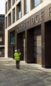 Tvůrce nesoucí metal pro staveniště v cambridge, velká británie — Stock fotografie