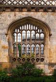 Architecture à l'université de cambridge, angleterre. mur de collège de rois avec fenêtre casting la bel lumière du soleil — Photo