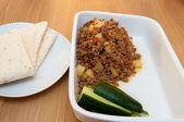 Aloo qima pikantne dania kuchni indyjskiej w biały danie — Zdjęcie stockowe