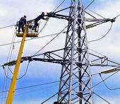 Two workers repairing power line — Foto Stock
