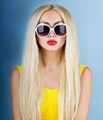 Jolie femme blonde — Photo
