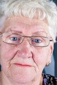пожилая женщина с голубыми глазами в очках — Стоковое фото
