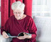 Reading old woman — Stock Photo