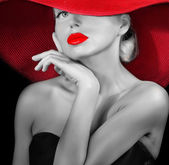Dame élégante à chapeau rouge — Photo