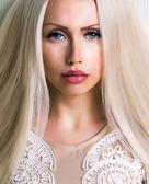 漂亮的女人和长长的头发 — 图库照片