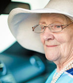 Senior woman in a car — Stockfoto