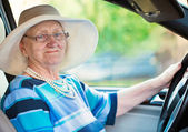 Smiling woman in auto — Stockfoto