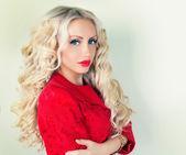 Vacker dam med långt hår — Stockfoto