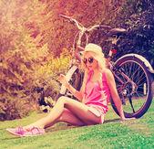 девушка с велосипеда — Стоковое фото