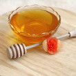 Bowl of honey with wooden drizzler, close-up — Stok fotoğraf