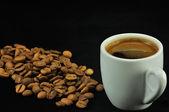 Una taza de turco, café griego andfresh granos de café tostado — Foto de Stock