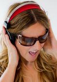 Mulher com fones de ouvido — Foto Stock
