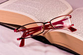 Glazen en boek — Stockfoto