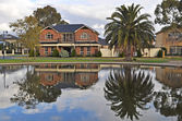 Australische gezinswoning op het meer — Stockfoto