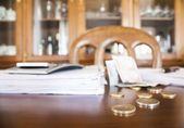 お金、ドキュメント、および電卓、オフィス上のアカウントを持つビジネス テーブル — ストック写真