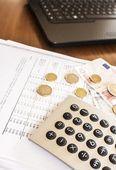 Деловой человек, делая счета на отделение с деньгами и калькулятор — Стоковое фото