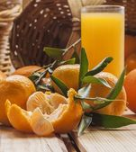 Tangerine basket and juice — 图库照片