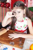 μικρό κορίτσι κάνει μπισκότα χριστουγέννων — Φωτογραφία Αρχείου