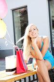 Chica joven y bella relajante después de ir de compras — Foto de Stock