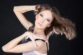 若いアジアのファッション女性明るいメイク スタジオでポーズ — ストック写真