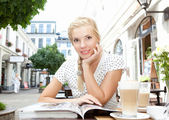 Beautiful blonde woman sitting in street cafe — Foto Stock