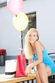 Młode piękne dziewczyny blondynka relaks po zakupy na zewnątrz — Zdjęcie stockowe