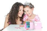 Foto de la feliz madre y niña vestida como princesa — Foto de Stock