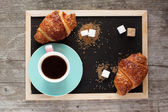 Kaffekopp och croissanter — Stockfoto